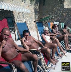 Grup assegut a les gandules (Arxiu del So i de la Imatge de Mallorca) Tags: mallorca majorca calvià illetes beaches playas platges homes hombres men women mujeres dones