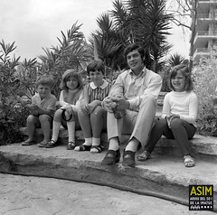 Engelbert Humperdinck amb els fills (Arxiu del So i de la Imatge de Mallorca) Tags: majorca mallorca palma singers cantantes cantants infants niños children hotels hoteles