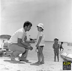 Geoff Hurst amb els fills (Arxiu del So i de la Imatge de Mallorca) Tags: mallorca majorca platges playas beaches futbolistes futbolistas footballers infants niños children calvià magaluf