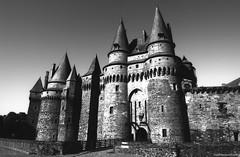 Château de Vitré (Fred Moresve) Tags: nikonf6 washis 50iso soundreccordingfilmargentique noirblanc analog selfdeveloped rodinal washifilm vitré château architecture moyenage tokina1628atxprofx bretagne