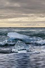 大冰小冰落沙灘(DSC_1960) (nans0410(busy)) Tags: iceland ice diamondbeach wave glaciallake vatnajökullnationalpark breiðamerkurjökull atlantic ocean atlanticocean 冰島 杰古沙龍冰河湖 冰塊 黑沙灘 鑽石沙灘