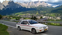 Ford Sierra XR4i Turbo 1984, zicht op Cortina D'Ampezzo, Italië. (backto78) Tags: vehicle wagen car auto fahrzeug historisches oldtimer classic klassieker klassiker v6 grauguss genk keulen cologne ford sierra 28 mfi injection injektion fuel white wit weiss ghia xr4i xr4 xr rs taifun turbo rial felgen alu alus bergen mountains dolomieten dolimiti dolomiten alpen bergweg bergstrasse cortina dampezzo mountainroad sr48 view italy dolomites porsche aufsatz spoiler technics blaupunkt autoradio carstereo tuning tuned racecar racing rennwagen hillclimbing bergrennen touristen fahrt rondrit omgeving sunroof moonroof