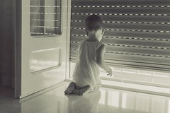 Il risveglio (g haiku) Tags: child summer wakeup window light morning home kid nikon down knees angel