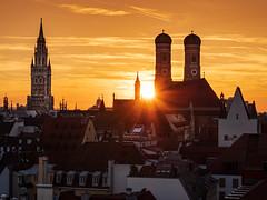 Sunset in Munich (bayernphoto) Tags: muenchen munich panorama goldene stunde dach rooftop terrasse chillen frauenkirche rathaus neues altes kirche tuerme towers stimmung licht golden innenstadt city downtown ausblick view sommer summer sunset sonnenuntergang sonnenstern gegenlicht warm orange himmel