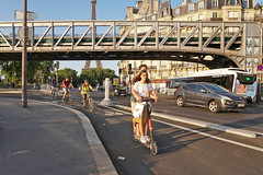 Quai de Grenelle - Paris (France) (Meteorry) Tags: europe france idf îledefrance paris parispeople candid street rue streetscene quaidegrenelle pontdebirhakeim birhakeim viaducdepassy quaidebranly traffic circulation voitures scooter bicyclette bicycle vélo bike cyclist couple love amour dott trottinette man homme male female girl femme peugeot toureiffel eiffel tower summer été evening soir hm july 2019 meteorry