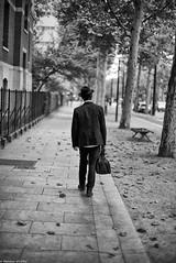 Stratégies obliques (Mathieu HENON) Tags: leica leicam noctilux 50mm m240 monochrome laphotodulundi bnw bw nb noirblanc blackwhite street streetphoto streetlife photoderue france paris 14ième arrondissement brianeno stratégies obliques trottoir homme seul sac chapeau biais