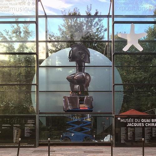 Installation de la signalétique géante #expo20mqb sur la palissade de verre du @quaibranly (côté seine) #paris #tw