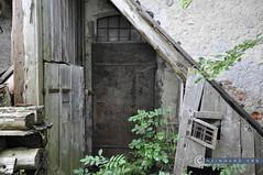 Oberösterreich Weyer_DSC0412 (reinhard_srb) Tags: oberösterreich weyer lostplace hinterhof gerümpel holt eisentür balken aufgang morsch