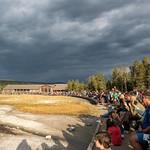 La gente attende l'eruzione dell'Old Faithfull - Il Grande Saggio - che erutta ogni 65/70 minuti
