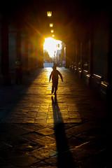 hacia el sol (Momoztla) Tags: mexico momoztla contraluz niño corriendo sol cdmx zocalo