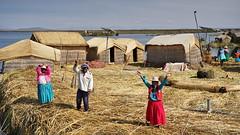 Warm welcome (Chemose) Tags: sony ilce7m2 alpha7ii mai may pérou peru lactiticaca laketiticaca île island uros roseau reed indien indian hutte hut welcome accueil lac lake titicaca