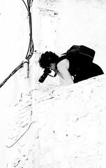 La reportera. (Ricardo Pallejá) Tags: fotógrafa nikon d500 urbana urban urbanexploration urbanphotography tarragona travel turismo textura tortosa street people blancoynegro bw blackandwhite beautiful beauty monocromático monocromo monochrome modelo catalonia cataluña catalunya calle chica woman