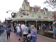 Florida Day 17 - 039 Magic Kingdom Caseys Corner Hot dogs (TravelShorts) Tags: wdw walt disney world florida orlando magic kingdom disneys hollywood studios meet characters character greet meeting tinkerbelle tinker belle mickey mouse theatre town square funnel cake food dining caseys corner hot dog sofia first vampirina doc mcstuffins star wars bb8 galaxy far away one mans dream toy story land slinky dash andys lunchbox cinderellas royal table snow white ariel jasmine aurora happily ever after fireworks travel travelshorts day 17