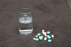 HE0G4314 (Бесплатный фотобанк) Tags: россия москва медицина лекарство таблетка таблетки лекарства стакан вода сводой граненый гранёный