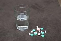 HE0G4313 (Бесплатный фотобанк) Tags: россия москва медицина лекарство таблетка таблетки лекарства стакан вода сводой граненый гранёный