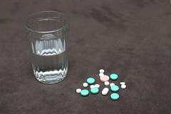 HE0G4310 (Бесплатный фотобанк) Tags: россия москва медицина лекарство таблетка таблетки лекарства стакан вода сводой граненый гранёный