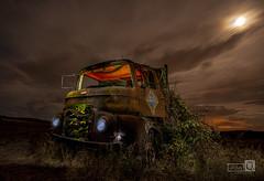 Clasicos de la Noche. (El viejo camión) (JoseQ.) Tags: noche night luces light camion oxido largaexposicion nubes cielo luna oscuridad iluminacion