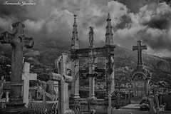 Cementerio francés (alanchanflor) Tags: canon exterior bn bw cementerio alpes francia menton tumbas cruces hdr pináculo estatua descanso