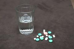 HE0G4312 (Бесплатный фотобанк) Tags: россия москва медицина лекарство таблетка таблетки лекарства стакан вода сводой граненый гранёный