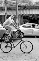 Bicicleta extraña (Marcos Núñez Núñez) Tags: street national streetphotography streetphotographer bicicleta film filmphotography nikonf2 ilfordpan400 blackandwhite blancoynegro analogue bw mx tuxtepec oaxaca