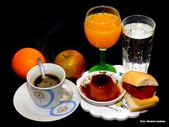 Desayuno (gerardoirazabalvalledor) Tags: desayuno naranaja manzana orange apple café coffee azúcar sugar flan dulce membrillo queso agua mineral wasser martín fierro