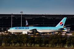 Korean Air (Bartal_Photography) Tags: planes airplanes wien airport boing b777 777 korean koreanair boing777