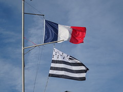 Bénodet (Brittany, France) 2019 (guyfogwill) Tags: guyfogwill guy fogwill flag france september septembre brittany bretagne finistère bénodet brehec républiquefrançaise europe 29950 benoded 29 2019 vacances cornouaille paysfouesnantais pennarbed flicker photo interesting absorbing engrossing fascinating riveting gripping compelling compulsive beach water coastline coastal