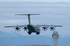 A400 And The PDX FAA Control Cab (planephotoman) Tags: airbus a400 a400m a400m180 atlas c1 atlasc1 zm418 sn072 43c5ec a4m072 ec400 rrr4060 ascot4060 deliveredmay42018 24sqdn xxivsqdn 70sqdn rafbrizenorton oxfordshire strategicandtacticalairtransport redarrowssupport raf royalairforce 11weekdeployment pdxaircraft pdxmilitary portlandinternationalairport pdx kpdx 2019oregoninternationalairshow oias 2019oias mcminnvilleor
