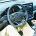 Innenraum und Bedienelemente am Fahrersitz des Hyundai IONIQ Elektro, mit Radio-Navigationssystem, EV-System