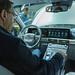 Mann sitzt im Innenraum vor den Bedienelementen des Hyundai Nexo Elektroauto mit Wasserstoff-Antrieb
