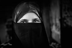 Ne jamais baisser le regard.. (Ma Poupoule) Tags: badami inde india visage face yeux eyes noirblanc nb noir biancoenero bianconero blackwhite bw street voilée voile muslim musulman musulmane