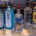 Vodka, Gin und Rum: Alkohol in Flaschen mit Ausgießer-Aufsatz auf einer Theke