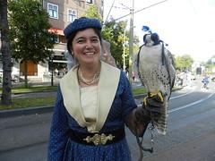lady with falcon (José D...) Tags: ladywithfalcon falcon bird thehague thenetherlands denhaag peopleinthestreet peopleinthehague vijverberg middeleeuwsfeest middeleeuwsegebruiken feestopstraat ietstevieren september 2019 coolpix nikoncoolpix coolpix500