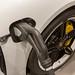 Elektrowagen-Aufladung mit CCS-Stecker am Porsche Taycan Turbo S E-Sportswagen