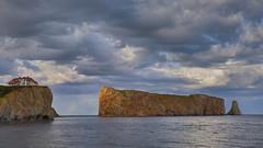 Le soleil fait une timide Percée (olivier_kassel) Tags: québec canada percée falaise cliff mer sea ciel sky nuages clouds arcenciel rainbow