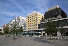 Cité moderne (Maurits van den Toorn) Tags: parijs paris architecture architektur housing modern yellow geel gelb jaune tram tramway tranvia ratp strassenbahn villamos france cityview