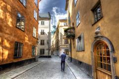 """... """"Cuando uno llega a percibir que una calle no le es extranjera, sólo entonces la calle deja de mirarlo a uno como a un extraño."""" MARIO BENEDETTI ... (franma65) Tags: estocolmo gamlastan stockholm street calle robado torre iglesia antiguo historico"""