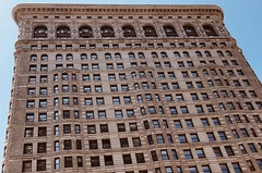 #FlatIronBuilding , #Manhattan ,  #NewYorkCity (Σταύρος) Tags: 1902 facade landmarkedbuilding triangular skyscraper windows triangularbuilding fullerbuilding angle design aarchitecture bigapple thebigapple ny nyc newyork flatiron flatironbuilding newyorkcity manhattan vacation vacanze