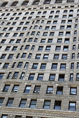 #FlatIronBuilding , #Manhattan ,  #NewYorkCity (Σταύρος) Tags: 1902 landmarkedbuilding triangular triangularbuilding fullerbuilding ny nyc newyork facade windows building angle design architecture flatiron flatironbuilding newyorkcity manhattan bigapple thebigapple vacation vacanze