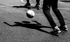 Jeu d'ombres. (LACPIXEL) Tags: jeu game juego playing football soccer fútbol cour récréation break recreo descanso collège colegio highschool teenager adolescente adolescent noiretblanc blancoynegro blackandwhite ombre shadow sombra flickr lacpixel