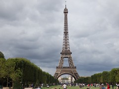 Torre Eiffel - París (EduOrtÍn.) Tags: torre hierro eiffel jardin arboles prado gente paris francia