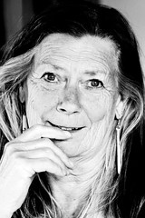 42-101 (roberke) Tags: portrait portret woman vrouw female mature indoor face gezicht monochroom bw blackwhite blackandwhite availablelight naturallight daglicht glimlach smile