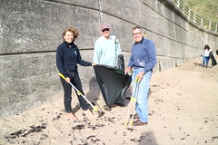 Teamwork in the wind (Tyne Rivers Trust) Tags: volunteering beachclean beach plastic pollution