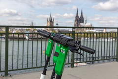 Lenker der Lime E-Scooter in der Nahansicht mit Blick auf Köln (verchmarco) Tags: noperson keineperson outdoors drausen city stadt security sicherheit travel reise gun gewehr sky himmel weapon waffe police polizei landscape landschaft military militär architecture diearchitektur street strase tradeprotection handelschutz people menschen bridge brücke urban städtisch water wasser building gebäude fence zaun 2019 2020 2021 2022 2023 2024 2025