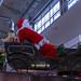 Weihnachtsmann fährt in einem alten Fahrzeug Geschenke aus