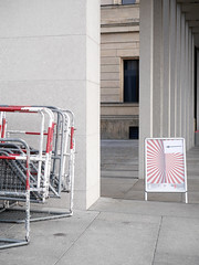Die Gitter. (Rot und Weiß) / 19.09.2019 (ben.kaden) Tags: berlin berlinmitte bodestrase jamessimongalerie rot weis 2019 19092019