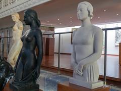 Trois femmes au bord du bassin (bpmm) Tags: achillevilquin lapiscine léonernestdrivier roubaix art musée sculpture