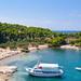 Ausflugsschiff am Strand Zogeria auf Spetses, Griechenland