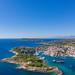 Luftbild vom südöstlichen Teil der Insel Spetses mit Blick auf Spetsopoula, Griechenland