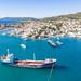 Tankschiff am Hafen Mpaltizas auf Spetses, Griechenland